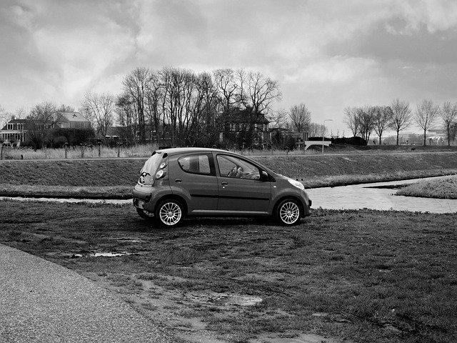 auto u řeky
