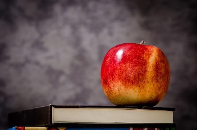 jablko na učebnici