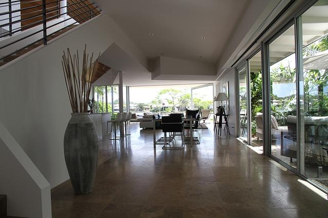 Skleněná podlaha v moderním domě