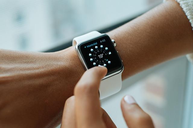 bílé hodinky