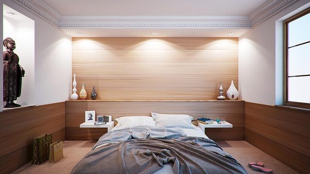 postel v ložnii