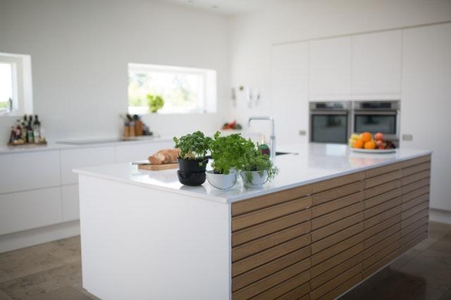 Kuchyňa s linkou uprostred a veľkými oknami.jpg