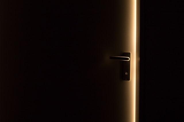 Pootvorené dvere, cez ktoré presvitá svetlo